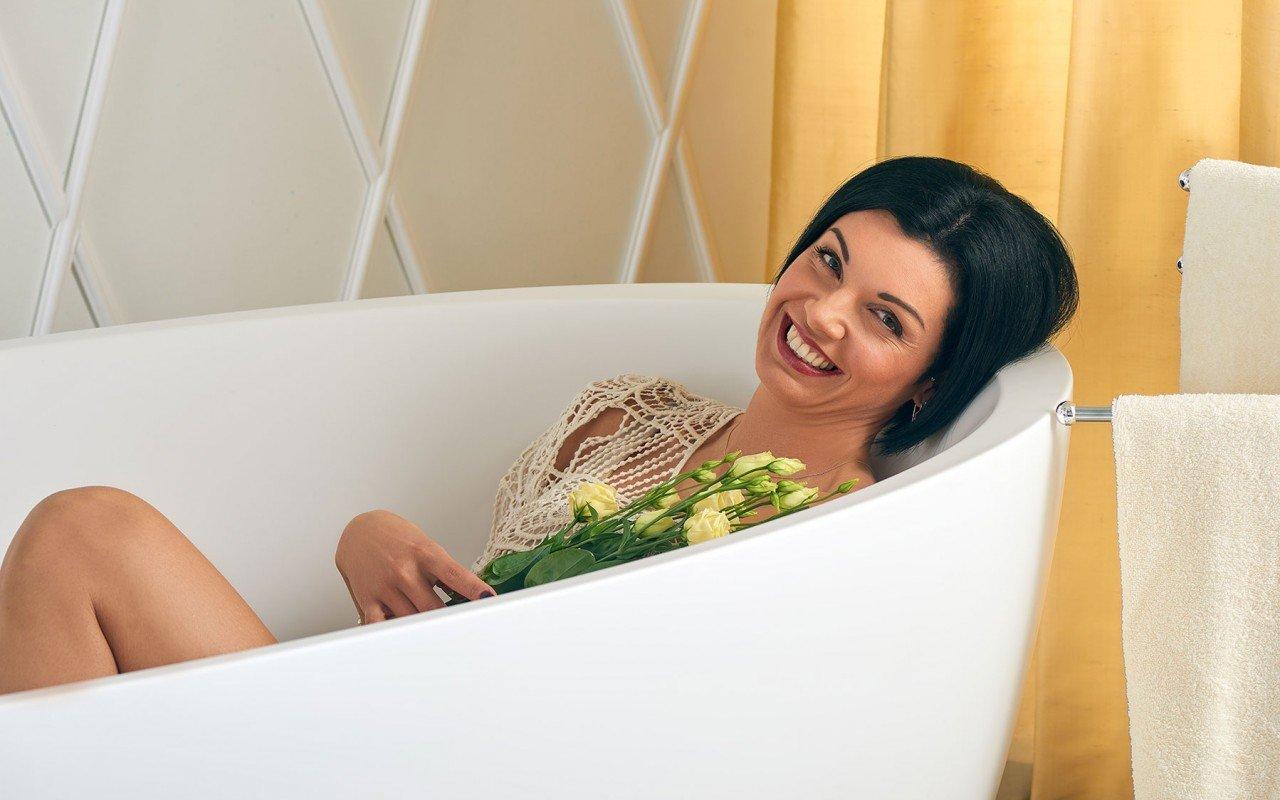Sensuality wht freestanding oval solid surface bathtub by Aquatica 06 04 16%E2%80%93%E2%80%9314 26 31 WEB