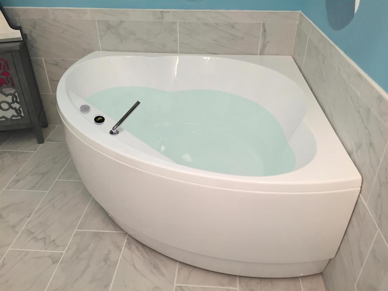 Cleopatra wht corner acrylic bathtub by Aquatica 01 1 (web)